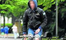 «¿Me pueden multar por ir en bici con las manos en los bolsillos?»