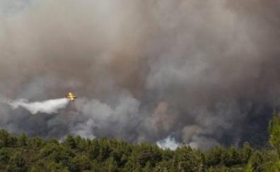 Más de 2.000 hectáreas arden en el incendio forestal de Albacete