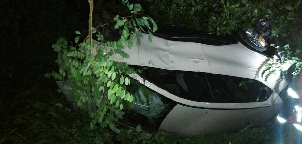 Dos heridos al volcar un coche en Iurreta