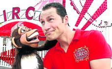 El orangután del circo era... un muñeco