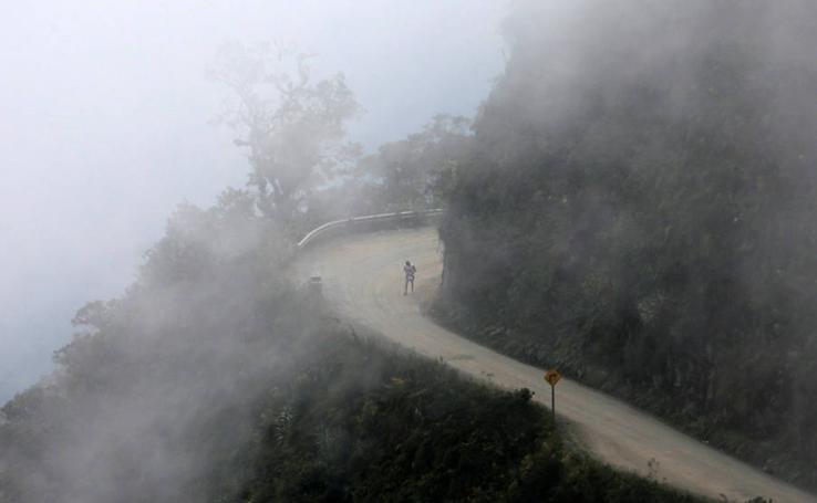 Carrera en 'la carretera de la muerte' en Bolivia