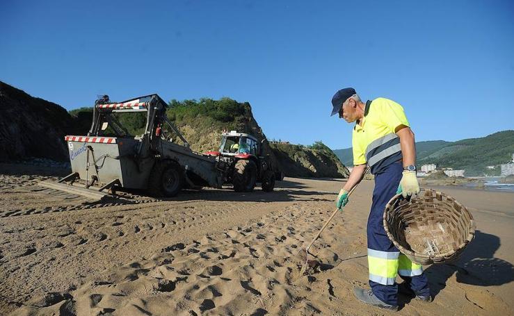 Así se limpian las playas vizcaínas