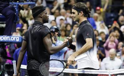 Federer supera una montaña rusa para doblegar a Tiafoe