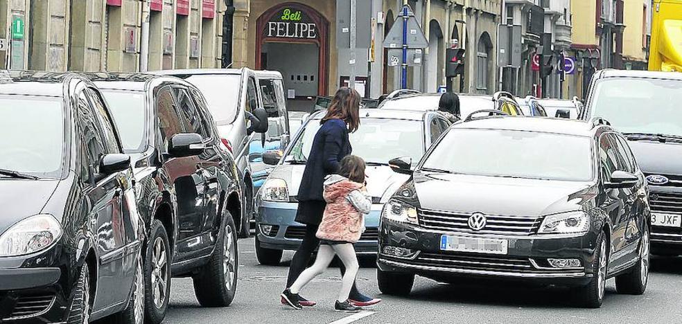El Ayuntamiento de Vitoria recabará ideas de los colegios para eliminar las dobles filas