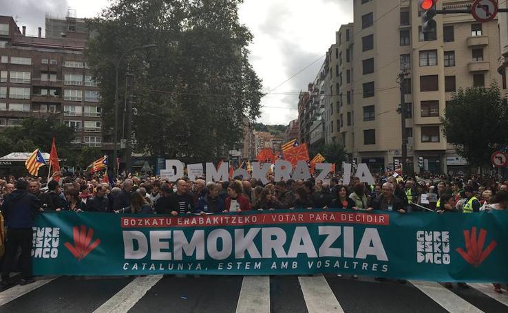 La manifestación en Bilbao de apoyo al referéndum independentista de Cataluña, en imágenes