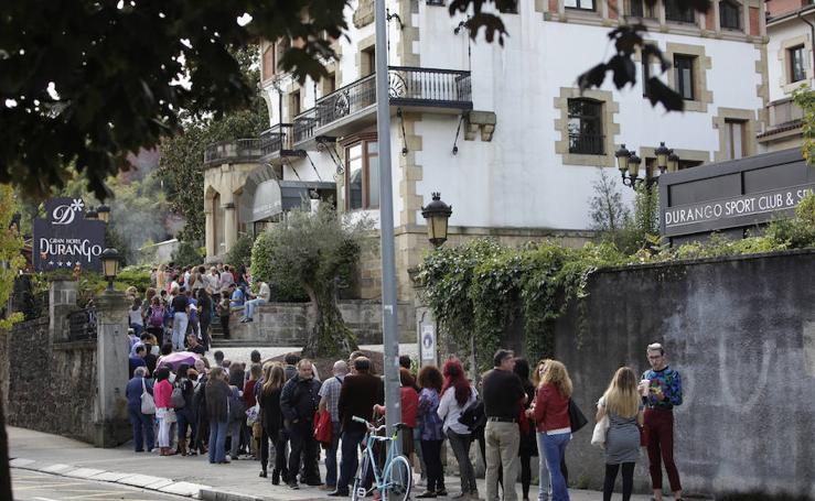 Cientos de personas hacen cola en Durango para el casting de la nueva película de Medem