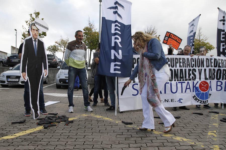 El sindicato Erne escenifica una entrega de armas en Erandio