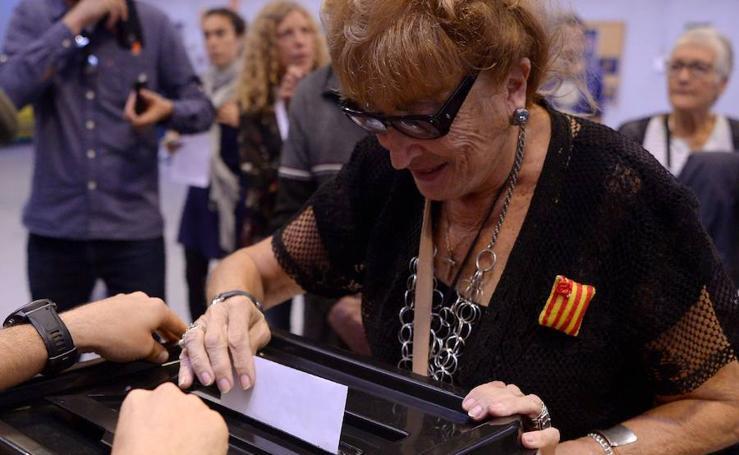 Los catalanes votan en los colegios abiertos