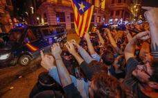 Noche de acoso a los policías y guardias civiles desplegados en Cataluña