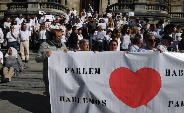 Decenas de personas se concentran en Bilbao a favor del diálogo en Cataluña