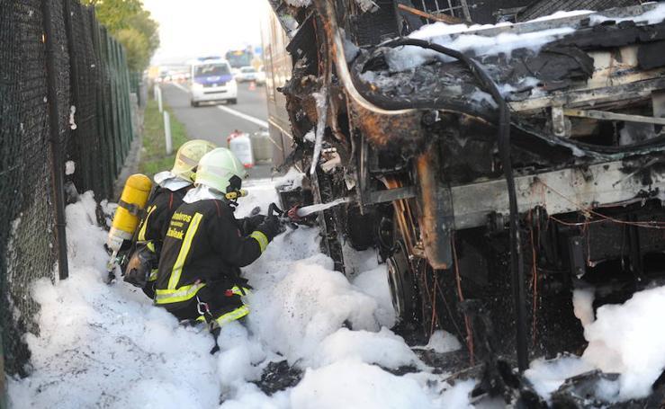 El incendio de una autocaravana causa dos kilómetros de retenciones en la N-622 a su paso por Álava