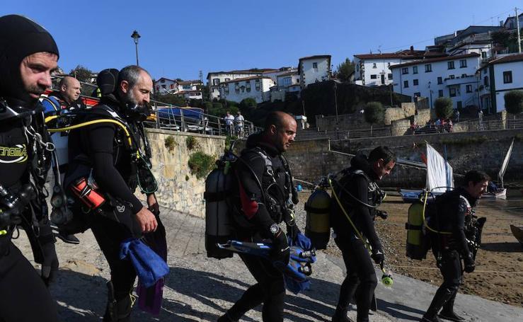 Los barrenderos del mar que limpian los puertos de Algorta y Zierbena