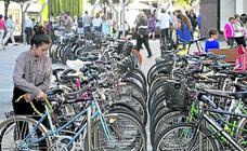 Vitoria pide «civismo» mientras busca cómo ampliar los aparcabicis en un centro saturado