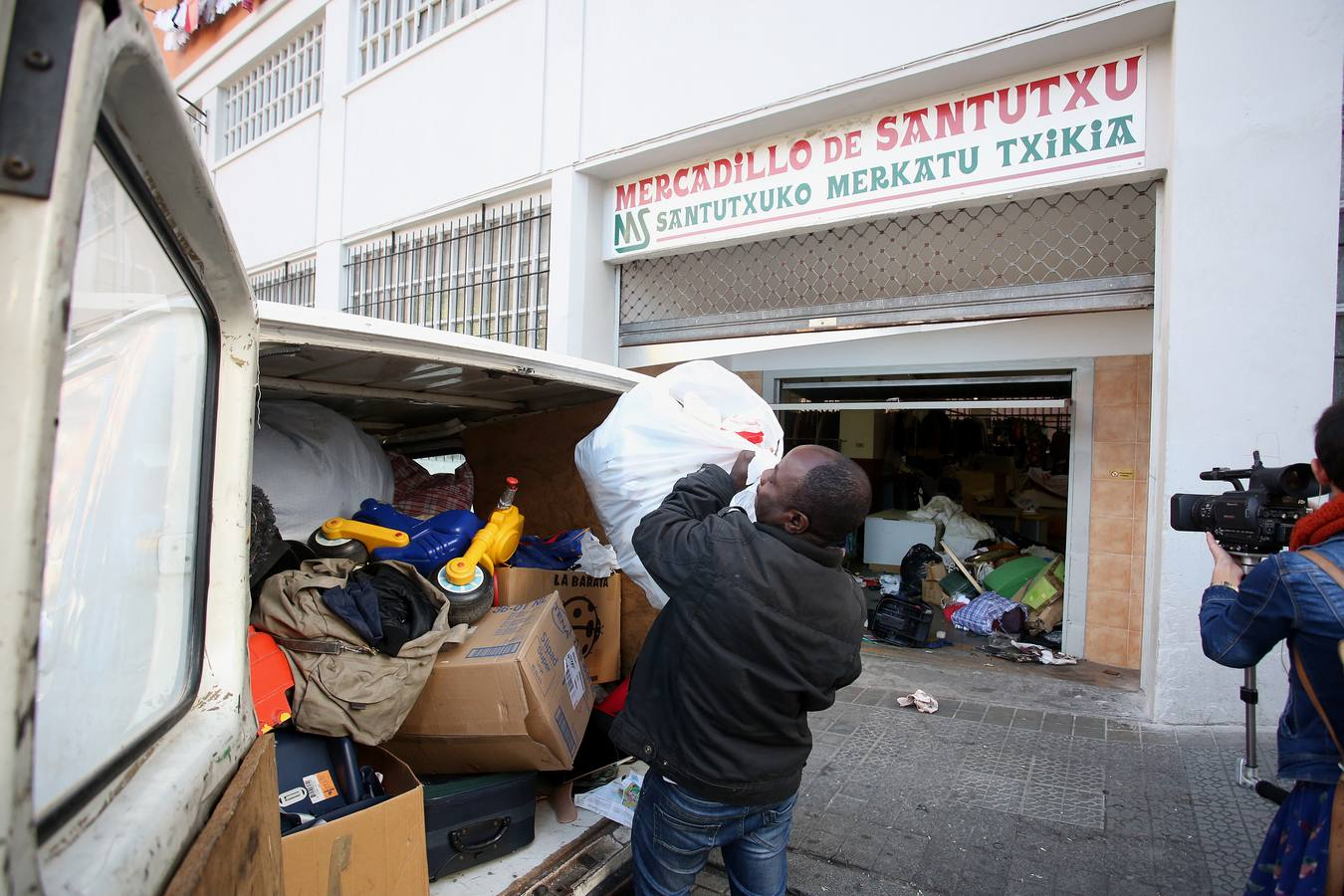 Tareas de limpieza en el mercadillo de Santutxu