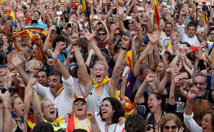 El Parlament declara la República catalana: imágenes de una jornada histórica