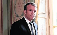 Macron se cambia de traje para hacer patria