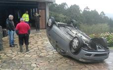 Vuelca delante de una casa en Laukiz tras perder el control en la bajada de Umbe