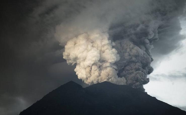 Indonesia: alerta máxima y 100.000 evacuados por la inminente erupción del volcán Agung en Bali