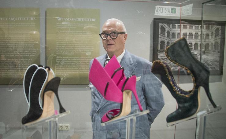 Manolo Blahnik, el creador español que conquistó el mundo por los pies, expone sus 'manolos'
