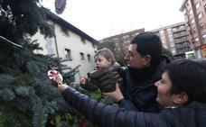 Los vecinos de Ugao podrán volver a vestir de Navidad el pino de la plaza