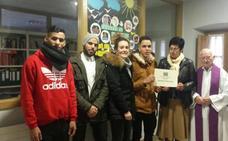 La Iglesia de Arratia entrega a la Fundación Harribide la recaudación de la Jornada Mundial de los Pobres