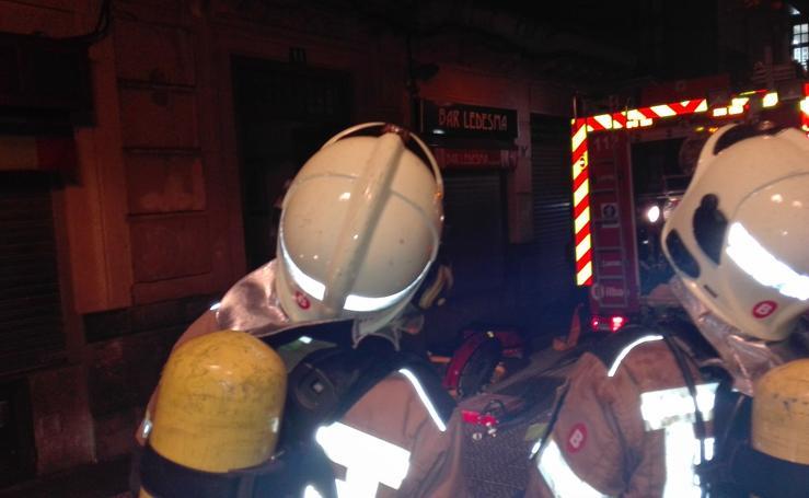 Fotos: el incendio en una vivienda en la calle Ledesma de Bilbao