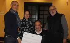 La Peña Santa Cruz entrega un cheque solidario de 1.500 euros a Fekoor