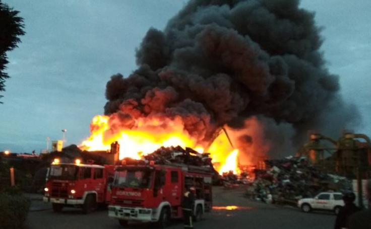 Las imágenes del incendio en un desguace de Gijón