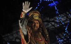 Los Reyes Magos ilusionan bajo la lluvia en Bilbao