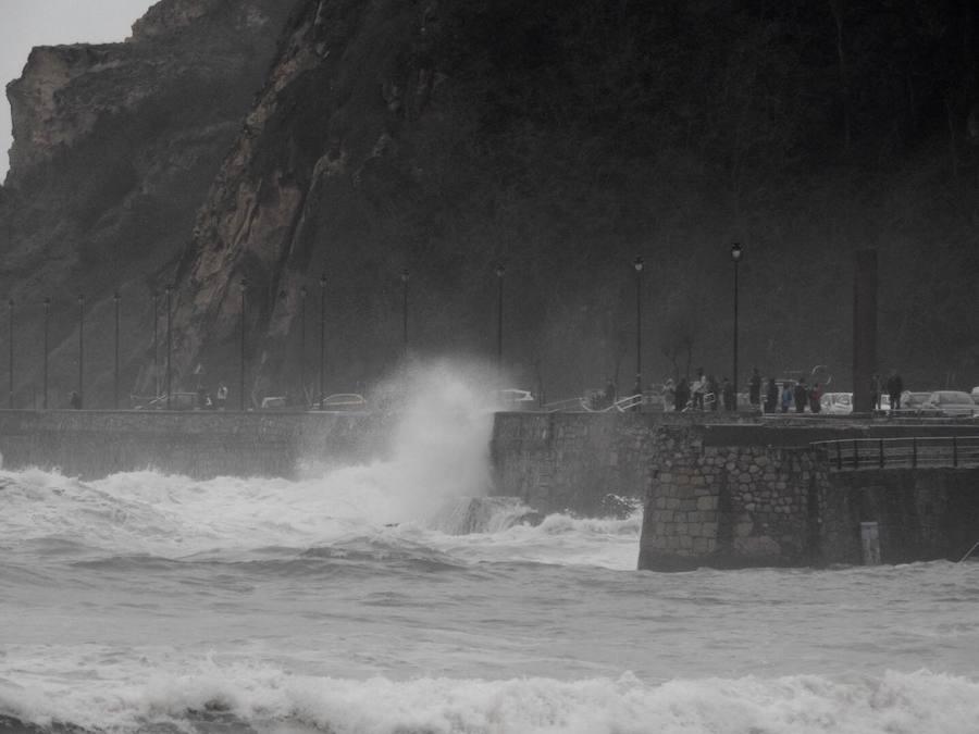 El temporal de olas azota la costa vizcaína
