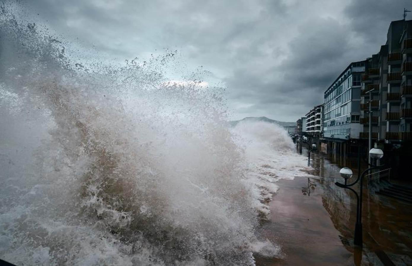 Las olas azotan la costa cantábrica