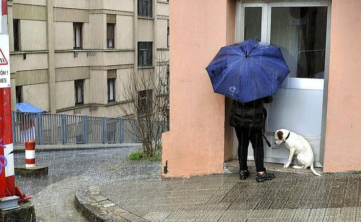 Bilbao se resguarda de la lluvia y el granizo