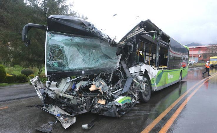 Las imágenes del brutal choque frontal entre un Bizkaibus y un camión en Galdakao