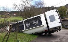 Vuelca en Arakaldo un camión que transportaba gasóil