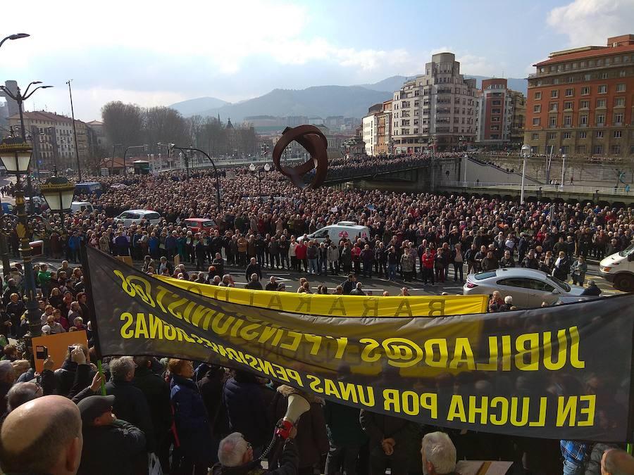 Manifestación multitudinaria de jubilados en Bilbao