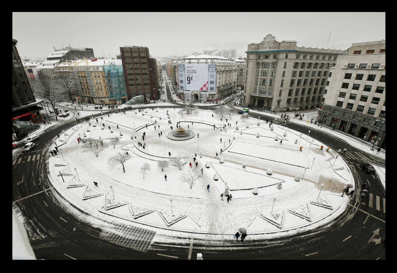 Una espectacular nevada sorprende a Bizkaia