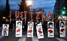 Vitoria recuerda el Tres de Marzo en una multitudinaria manifestación