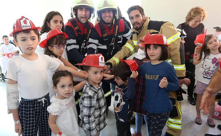 Los bomberos realizan su 'rescate' más emotivo con abrazos y besos de los niños ingresados en Cruces