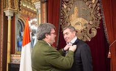 Aburto recibe al legendario ciclista Eddy Merckx en el Ayuntamiento