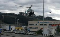 Trasladan en helicóptero a un operario de una empresa de Berriz al sufrir un desvanecimiento