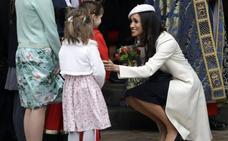 Meghan Markle, de blanco en su primer acto oficial con Isabel II