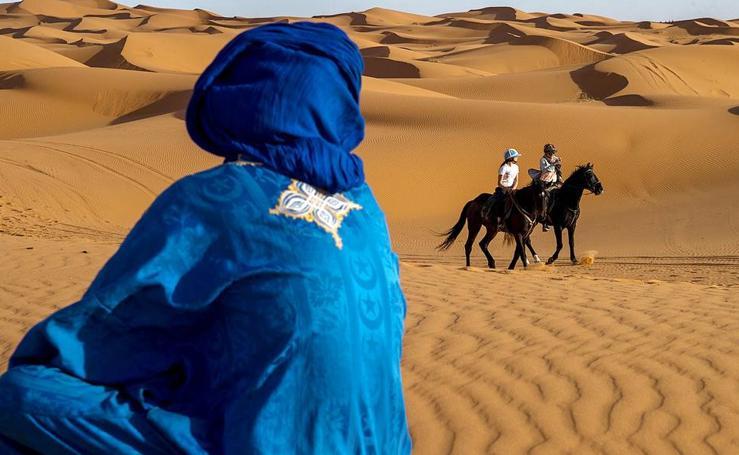 Pasear a caballo sobre dunas