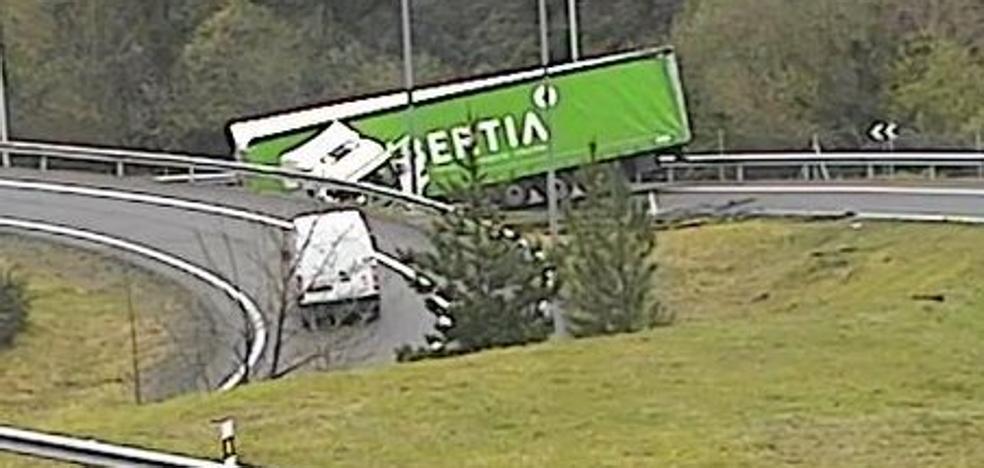 Un camión hace la tijera en la salida de Arrigorriaga de la AP-68 hacia Francia