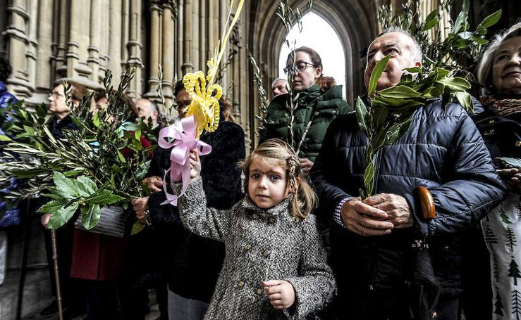 El obispo bendice los ramos en la catedral nueva de Vitoria