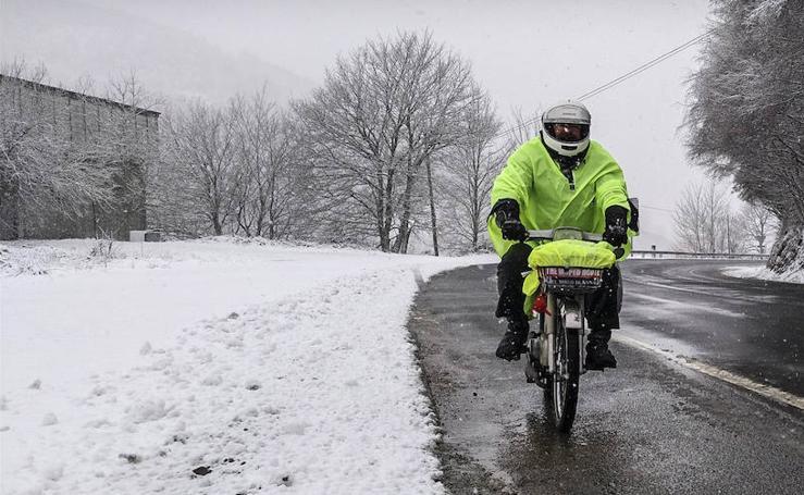 Nieve, averías y muchas aventuras en el viaje en ciclomotor de Vitoria a Santiago