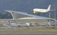 Desvíos y cancelaciones por el viento afectaron ayer a más de 800 pasajeros en el aeropuerto de Loiu