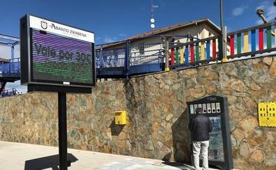 Una nueva pantalla informativa extiende la red wifi de Abanto hasta Las Carreras
