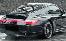 Una agente municipal de Vitoria a los mandos de un Porsche