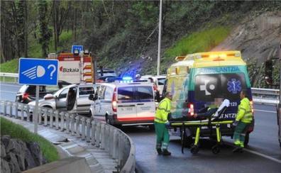 Dos heridos tras una colisión entre dos turismos en Derio