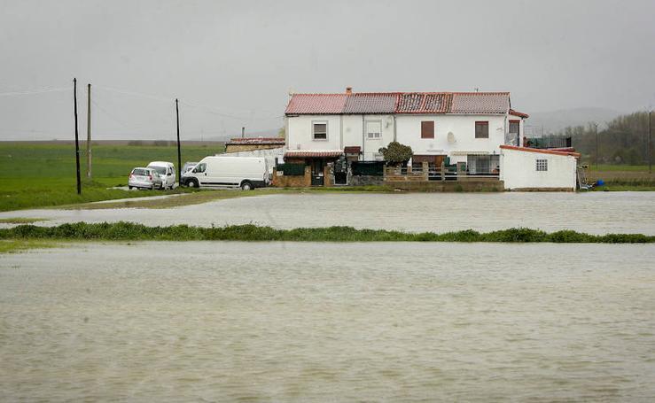 El Zadorra se desborda en Álava, en alerta amarilla por lluvias